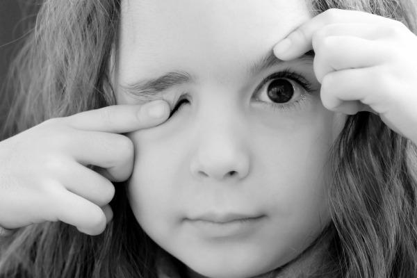 Дергается глаз у ребенка: что это, симптомы и советы врача