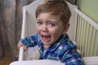 Ребенок просыпается ночью с истерикой: почему и что делать
